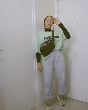 Kaos sama celana jeans emang bisa banget jadi andalan kalau lagi mager. Tinggal pake aksesoris biar tetap keliatan usaha 😬🙈...#ladyuliastyle#clozetteid#wearetothe9s #malasmalasstyle #modestfashion #hijabstreetstyle