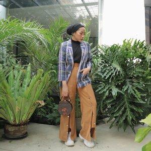 Shamelessly wearing the same pants over and over again....#minimalistwardrobe#hijabfashion#ladyuliastyle#modestyaroundtheworld#wearetothe9s #clozetteid