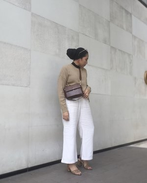 In the mood of wearing neutral. Bag from @kimxlim.id via @thefthingworld ✨👜...#clozetteid#ladyuliastyle#capsulewardrobe#minimalistwardrobe#modestyaroundtheworld#ruedaily📸 @isnadani