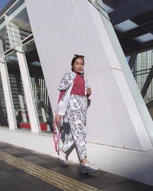 Akhirnya OOTD di jalanan Jakarta. Thanks @isnadani udah fotoin 🤗...#clozetteid#ladyuliastyle#modestyaroundtheworld#wearetothe9s#minimalistwardrobe