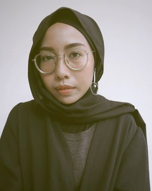 Kayaknya banyak yang merasa kehilangan kebebasan sekarang ini tapi semoga nggak pernah kehilangan harapan. Stay safe All 🙏🏻❤️...#selfportrait#notetoself #makeportraitsnotwar #pursuitofportraits #clozetteid#blackoutfit#modestfashion #hijabfashion#hijabstyle