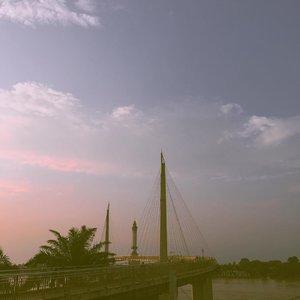 """Missing my hometown..Foto ini aku ambil awal tahun ini. Sore yang menyenangkan sekali karena bisa ngumpul sama orang-orang yang aku sayang..Bukannya nggak pengen pulang ke rumah, pengeeeeeeeeen banget. Karena di saat-saat kayak sekarang ini bisa tinggal dekat dengan orang-orang yang kita sayang pasti menenangkan..Tapi kalau aku pulang ke rumah aku nggak pernah tau apa yang aku bawa pulang. Jadi aku memutuskan untuk bertahan di Jakarta. Bismillah aja. Paling tiap hari nelfon rumah, video call. Ngeliat senyum orang-orang di rumah udah lebih dari cukup buat aku sekarang. Senyuman mereka tuh menguatkan dan bikin aku lebih calm. .Kalau kalian saat ini juga jauh dari keluarga semangat ya. Jaga kesehatan, jaga jarak, positive thingking, doa. Semoga semua ini segera berakhir, vaksin virus ini bisa ditemukan atau virus ini bermutasi jadi lebih lemah kayak virus"""" flu biasa. Amin....#clozetteid#explorejambi#gentalaarasy #suddenlycinematic#sunset#ruedaily#dirumahaja#stayathome"""