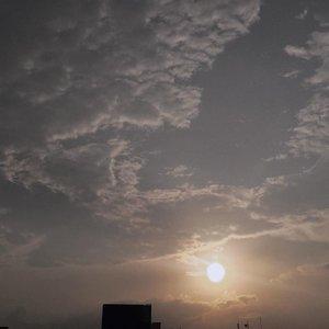 Hari pertama PSBB (Pembatasan Sosial Berskala Besar) di Jakarta sebagai salah satu usaha pemerintah memutus rantai penularan virus Covid-19. Semoga hasilnya sesuai dengan yang diharapkan. Stay safe, Everyone 🙏🏻.Jujur kangen banget sama rumah 😢✨...#penikmatsenja#clozetteid#skyporn#sky#suddenlycinematic#minimalfeed#sunset