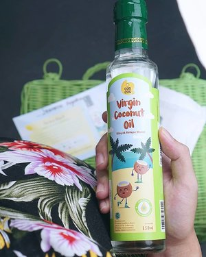 VIRGIN COCONUT OIL FOR KIDS 🥥.Aku mau kenalin Virgin Coconut Oil (minyak kelapa murni) yang sangat bagus untuk anak², ibu hamil, dan menyusui..Jadi coconut oil ini bisa digunakan utk memasak atau menumis sayur untuk si kecil..Selain itu juga produk ini sudah memiliki sertifikasi BPOM, Halal, ISO management food dan safety, ISO management system dan SNI. Lalu cara pengolahan virgin coconut oil ini tanpa tamabahan bahan kimia..Disaat cuaca dan kondisi pandemi seperti ini, anak², ibu hamil, dan ibu menyusui sangat rentan terkena virus dan kekebalan tubuhnya sering drop. Maka mengkonsumsi Virgin Coconut Oil ini memang sangat bagus, karena dapat menstabilkan serta meningkatkan kekebalan tubuh, melindungi dari virus dan bakteri, dan membantu penyerapan nutrisi..Karena bulan ni aku juga memasuki HPL, maka sangat bagus mengkonsumi coconut oil ini. Karena dapat membantu proses persalinan, memudahkan bayi untuk menyerap nutrisi, serta dapat meningkatkan kualitas ASI..Kalau mom sudah pernah cobain Virgin Coconut Oil? Yuk, cerita pengalamanannya mom 😊.Ohhh iya klo mau coba mom juga bisa membeli dengan harga diskon. Dari harga IDR 74.000 -> IDR 68.000 hanya pembelian di Shopee dengan menggunakan kode voucher CONCXJEAN..Tunggu apa lagi? Ayoo cobain khasiatnya, mom 😊.@concos_indonesia@ksmbabynkids..#jeanettegy #ClozetteID #PeduliSiKecil #SehatBersamaConcos #VCOIndonesia #VCOuntukanak #VCOuntuk Asi
