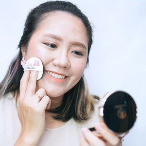 Celefit Cushion Classic Pact 🌈 . Kali ini mau review singkat Cushion Classic Pact dari @celefit_id ❤️ . Ini aku pakai yang Shade No. 23 (Medium Beige). Aku suka banget sama packagingnya yang simple dan elegan ❤️ . Review produknya: ✨ Thick ✨ Light to medium coverage ✨ Finished Dewy . Review lengkapnya uda aku tulis di Blog juga ya 😊 . . #jeanettegy #JeanettegyReview #ClozetteID #CushionFoundation #cushion #Celefit #celefitcushion #beauty #makeup #makeupkorea #produkkorea #BandungBeautyVlogger