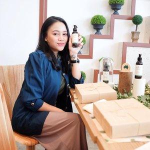 FINALLY!! Sukin akhirnya resmi launching di Indonesia, happy! I've been loving Sukin's products since forever. Biasanya nitip sama yg lg ke Aussie doang, makanya sekarang happy banget Sukin udah resmi masuk di Indonesia ❤️✨_________Awalnya dulu gue coba Sukin soalnya penasaran di Australia di rave banget, Australia's No.1 Natural Skincare Brand gitu lah katanya. Pas coba sendiri, ya enggak heran sih di rave banget soalnya product mereka ini natural, no parabens & sulphates, vegan and cruelty free jadi ya aman juga buat ibu hamil & menyusui. Packaging nya jg recycleable gengs, love banget._______Oiya! Kalau kalian bawa botol skincare kosong punya kalian untuk di recycle ke Sociolla  Store Lippo Mall Puri tgl 9 November jam 10 pagi, kalian bisa dapet tambahan voucher diskon up to 40% loh buat pembelian product Sukin. Yuk cus! @sustainablebeautyid @beautyjournal  #SUKINdonesia #NothingbutSpecial #SUKINolist #clozetteid_______📸: @justephanielee