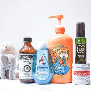 """#KisahAraya 's DAILY ESSENTIALS - nih yg suka nanya """"twins pake shampoo apa?"""" """"Twins pake diaper cream apa?"""" This post is for you guys!———-✨Follow Me Kids Shampoo (Orange): ini shampoo banyak di rave sama buibu di instagram, konon katanya bisa bantu cepet manjangin rambut. Akhirnya gue nyoba beli di @naturesmarket.id harganya 125.000 isi 800ML (auk kapan abisnya gede banget botol nya 🤪). Terus ngaruh ga? Menurut gue sih NGARUH ya di rambut araya, jadi cepet panjang. Enggak nebelin sih, or ga keliatan signifikan untuk nebelin rambut tapi klo panjangin waw terlihat cepet panjang.✨@johnsonsbaby_id Active Kids bath: ini gue suka banget wangi nya & tahan lama. Jd enggak cepet acem si twins walaupun banyak gerak keringetan~✨ Minyak Kutus Kutus: enggak usah dijelasin lagi lah ya ini buat apa 😂✨ @healthychoiceid Virgin Coconut Oil: ini buat badan nya araya, mereka kulit nya sensitive jd enggak bisa sembarang pake lotion jadi saran dsa nya ya pake minyak kelapa murni aja. Kadang pake lotion kok kalau pergi, tp jarang banget. ✨@Sudocrem: diaper cream yg beli nya dari twins baru lahir tapi baru dipake sekarang. Selama ini twins gak pernah ruam popok, tapi beberapa bulan lalu itu sempet nyoba ganti brand diapers eh ruam parah sampe ke dokter. Akhirnya sekarang setiap ganti gue pakein diaper cream soalnya gue parno banget mereka ruam lagi huhu asli deh itu ruam bikin gue trauma 😭———#Clozetteid #twinmom #momblogger #mombloggerindonesia #mamablogger #momoftwins #minyakkutuskutus"""