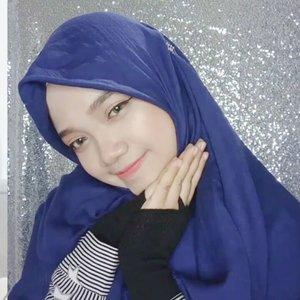 Tutorial hijab super simpel yang biasa aku pake ke mana mana. Mau jilbab syari ato jilbab biasa juga bisa pake 2 style 'sederhana' ini. Pokoknya nutupin dada deh. Maapkeun pas take video jilbabnya rada lungset. Habis disetrika eh ketindihan makeup 😂Next tutorial kayaknya aku pake hijab bahan voal aja deh 😂Hijab material : Cotton ItalySize : 140 x 140#devitamintutorial #tutorialhijab #tutorialhijabsimple #tutorialhijabsyari #clozetteid