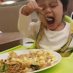 Bahagianya mama itu sederhana kok. Ngelihat si kecil makan sendiri plus lahap.Pinter mau ngabisin jatah makan mamanya 😍 #Alhamdulillah Apalagi musim dingin gini, emang bawaannya pengen ngunyah terus 😁Kalo gini kan, mama jadi semangat masak enak di rumah 🤩Oiya, udah masak apa hari ini? #anakid #anaksehat #indovidgram @indovidgram #ivgkids #clozetteid