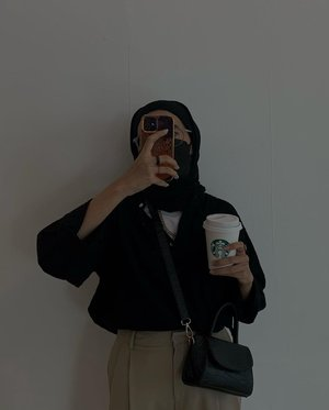 Genderless outfit ✨Seujurnya atasan black ini baju koko atau semacam kemeja collar less dari @duha.muslimwear punya suami 😅 Lagi pengen pake oversized gitu eh nemunya ini, lets play dress up game 🖤-#clozetteid#karincoyootd