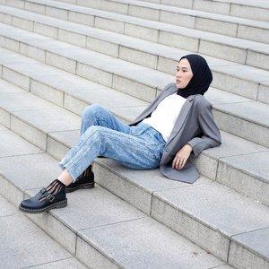 Basic wadrobe you should have.Sebuah hal yang baru disadari ternyata, gw masukin blog ya. Jadi kalau mau baca ya monggo, link nya ada bio 🖤Photographed by @xrzkix ✨*yha postingan terakhir kita gayanya sama maap 😋-#clozetteid#karincoyootd#basicoutfit#hijabstreetwear