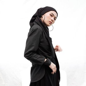 "I got my new black shirt! 🖤Yang liat story gw unboxing #SekotakCinta pasti tau tentang ""Your Voice"" nya @hamaru.id. Nah ini baju yang gw design sendiri udah jadi! Tetep basic yah, tapi gw tambahin detail cuff kepotong gitu jadi bolong.Prosesnya semudah: pilih kain warna kain, kasih referensi design, kasih ukuran badan kita. Detailnya di swipe ➡️-#SekotakCinta#BersamaLokal#folkaland#clozetteid#karincoywithlocal"