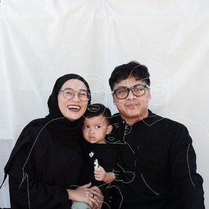 Minal Aidin Wal Faidzin, mohon maaf lahir dan batin. Wishing you a happy Eid Mubarak from us 🖤 pose terbaik dari sekian percobaan #parentslife #thepradiansyahs #eidmubarak #clozetteid