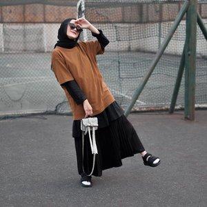 Tunik Shakila dari @sahabatrona juga bisa di styling dengan gaya layering. Slide for detail ➡�Tinggal pake oversized shirt polos ditambah rok plisket biar bebas bergerak. Mau hangout atau mau nonton gigs juga ayo! Don't forget to put your sunnies, happy saturday all 🖤👚 @sahabatrona _______________#clozetteid#sahabatrona#karincoyootd#modestfashion#hijabfashion#hijabootd#karincoyshakilastyle