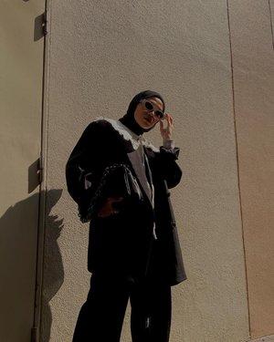 Detachable Collar Over Blazer 🖤Gak perlu pakai kemeja biar seolah-olah formal. Dalemannya gw pake turtle neck, untuk kesan formal and chic tambahin detachable collar diluar blazernya. Jadi perpaduan edgy-vintage gini gak?Detachable Collar from @popolucathelabel 🖤-#karincoyootd#hijabstyle#hijabfashionista#clozetteid