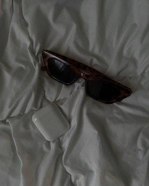 Music and chill, oh where? 👀Kita naikan kelas kacamata 25ribu bersanding dengan airpods 🤣 ah kece-kece aja yah ✨-#clozetteid