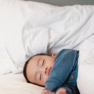 Ibu kadang suka perfectionist, baju tidur mesti mecing.Hahahaha entahlah, rasanya kalau sarung bantal guling enggak singkron aja gak betah liatnya. Tapi dirinya sendiri kalau tidur pake baju ya yang keliatan mata aja sih yang diambil, berhubung set piyama cuma punya 2. Tapi kalau buat Sega harus kudu wajib nyaman dan mecing HAHAHAHA aneh gak sih? 😝😝 bentuk mindfulku mungkin sadar akan keharmonisan lingkungan 🤣Oyasumi Set Pajamas @kopernaya __________________#galasemesta#clozetteid