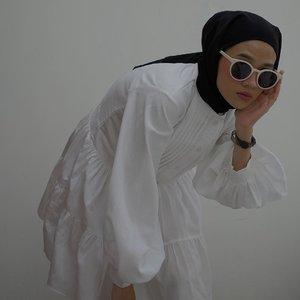 Feelin' beautiful in white 🤍Moon Dress ini punya design classic seperti tahun 1900an, dengan puff sleeves, detail ruffles dibagian rok dan pleats di bagian dada. Bisa dipakai untuk yang berhijab atau pun tidak. Padu padannya juga from casual to formal look. Cocok nih buat hari pertama lebaran, biasanya suka tema putih-putih 😍Design lainnya cek langsung ke @reyoli.id teman-teman ✨-#karincoyootd#karincoywithlocal #clozetteid#modestfashion#hijabfashion