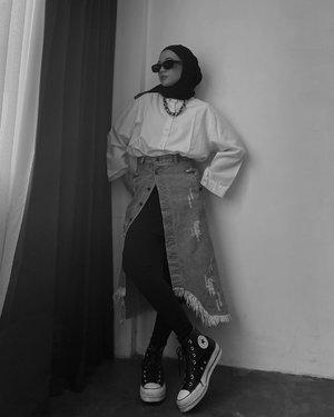 Seperti warga pinterest RT/RW New Yorker belum? 😎 Hari ini style by Onya @sonyathaniya luuuuv 🖤-#karincoyootd#ootdindo#hijabstreetwear#clozetteid
