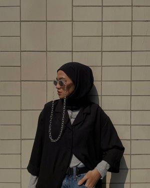 Don't get bored with me, kalo ngomongin item-item versatile. Kaya Kiko Shirt Dress Black ini, kalo gw dirumah aja bisa jadi baju santai banget.Di styling pun bisa dijadiin outer kaya gini dengan saku kiri kanan dan bahannya yang gak mudah lecek. Dibiarkan kancing terbuka semua pun tetep kece, tinggal tambahin accessories pendukung ✨ Kiko Shirt Dress ini dari @popolucathelabel yaa 🥰-#karincoyootd#karincoywithlocal#clozetteid#hijabstyle#fashionblogger