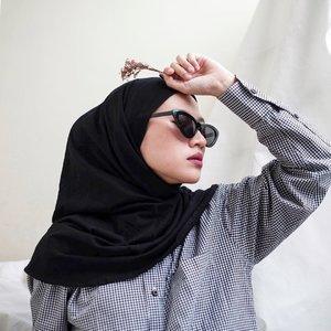 Never bored for black (not yet 😝) dapet kiriman hampers lebaran dari @madine.id yang langsung bisa dipake #ootd karena ini series terbaru hijab instantnya yang selalu deh, unik! Namanya Kyo series, tutorialnya sekalian aku buat juga di slide ke 3 ya swipe swipe! ➡️😚 thank you @madine.id & team 😘🖤-#karincoyootd#clozetteid