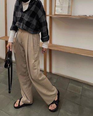 Same trousers different style ✅  Sebenernya mirip sih, waktu pake kemeja putih pun gw pake item yang sama. Tapi kali ini bedanya kemejanya ge gulung keatas dan di tuck in supaya gak gitu numpuk.  Entah kenapa somehow gw suka banget layering 🖤 - #karincoyootd #clozetteid