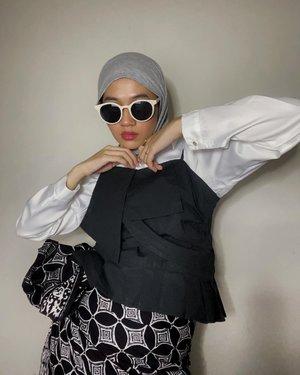Emang cuma @madine.id yang membuatku memakai kerudung instant bagaikan mahasiswa semester 2 terus 🥰  Kyo Series ada warna baru ini warna misty gitu. Ada yang paliiiiing baru lagi namanya Ruma, nanti gw bikin videonya ya sekalian tutorial juga. Terima kasih @madine.id selalu luv 🥰😘 Btw di foto ini gw berkain terinpirasi @swaragembira jadi kepengen bikin beberapa styling pake kain deh ✨ - #hijabinstant #clozetteid