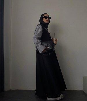 Persiapan baju lebaran gimana teman-teman?Panggilan kepada new mom, yang ingin lebaran instaworthy dan tetep kece cek @sabamodest yang gw pake ini deh. Kerah V nya ini bisa dipakai sama busui, supaya lebaran kece bund 🖤-#ootdindo#lookbookindonesia#hijabfashion#modestfashion#clozetteid