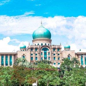 A beautiful palace in Putrajaya.Wanted to get insode, but it's forbidden :(.Hop over to myculinarydiary.com/TRAVEL to see my experience in abroad.#sisytravelingdiary #traveljourney #ootd #ootdfashion #palace......#clozetteid #wisata #travel #igtravel #travelgram #buzzfeed #europe #india #tajmahal #justgoshoot #exploretocreate #cappadocia #kapadokya #abudhabi #mosque #visualtolife #photography #photooftheday #dametraveler #peopleinframe #malaysia #beautifuldestinations