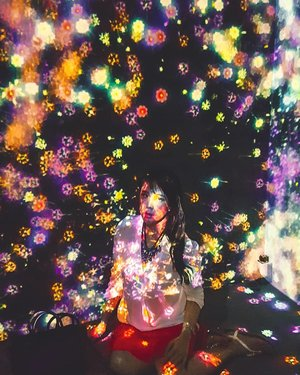 One if my favorite place in Singapore : Art Science Museum. Actually, #teamlab has also made this museum in Jakarta (Futurepark). Both of them are amazing and there is an installation which is found in Singapore, but not in Jakarta.Can you guess?#sisytravelingdiary #futuretogether #futurepark #artsciencemuseum.........#ootd #photooftheday #beautifuldestinations #jewelchangi #gardensbythebay #iphoneonly #paris #ootdspot #jktspot #like4like  #travelsingapore  #postthepeople #travelingwomen_  #clozetteid  #travelinladies #fblogger #shoxfashion #thewanderingtourist #travel #marinabaysands #singapore