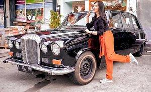 Salah satu spot foto di @look_tea.id yg  akal diganti per bulan. Mobil Jaguarnya cuma ada 1 loh di Indonesia ❤Bisa masuk ke dalam juga dan foto cantik di sana.Outift by @zilingoid and @berrybenka.......#ootd #photooftheday #beautifuldestinations #lookbook  #jaguar #bmw  #holland #wisata #travel #igtravel #travelgram #buzzfeed #europe #volkswagen  #clozetteid #paris #makeup  #photography #photooftheday #beautifuldestinations