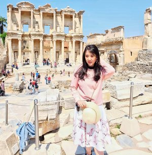 Walking through the ruins of the city of Ephesus. Stansing in front of the Celcius' library where all the sins happended and started the Gospel by Paul the Apostle. Wait for another posts of Ephesus 🤗
