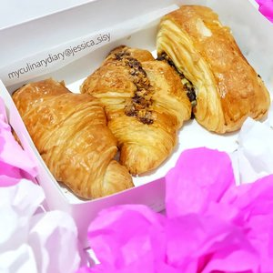 My all-time favorite croissant!Super yummy #tapfordetails ..Check out myculinarydiarycom.wordpress.com for more awesome post! Link is on my bio and my Zomato/Jessica Adi or Pergikuliner/Jessica Sisy for more food reviews#sisyeatingdiary #myculinarydiary #clozetteid........#food#croissant#foodgram#foodaddict#foodshare#foodphotographer#jktfoodies#foodphotography#instabuzz#photooftheday#beautifulcuisines#foodstagram#foodgasm#foodnetwork#discoverymeal#appetitejournal#eatfamous#flatlay#foodoftheday#dessert#kulinerjakarta#followme#foodstylist#foodvsco#eatfreedayid#kulineraddict#eeeeats