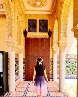 Exploring the new world behind that door.. .Hop over to myculinarydiary.com/TRAVEL to see my experience in abroad.#sisytravelingdiary #traveljourney #ootd #ootdfashion ......#clozetteid #wisata #travel #igtravel #travelgram #buzzfeed #europe #india #tajmahal #justgoshoot #exploretocreate #cappadocia #kapadokya #abudhabi #mosque #visualtolife #photography #photooftheday #dametraveler #peopleinframe #fujifilm #beautifuldestinations