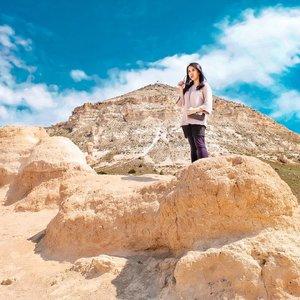 Climbing the hill of Cappadocia . . Hop over to myculinarydiary.com/TRAVEL to see my experience in abroad. #sisytravelingdiary #traveljourney #ootd #ootdfashion #terfujilah . . . . . . #clozetteid #wisata #travel #igtravel #travelgram #buzzfeed #europe #holiday #turkey #turkiye #cappadocia #kapadokya #desert #dubai #photography #photooftheday #foodoftheday #cakedecorating #photoshoot #fujifilm #beautifuldestinations