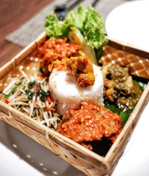 NEW BLOG POST  LINK IS ON BIO.Having a wonderful dinner at @atriaserpong at Mezzanine Restaurant.Nasi besek nya enak dan isinya komplit mulai dari nasi kecombrang, Buntut balado, Ayam rica, Ikan asin jambal, Oseng toge dgn kucai.Minumannya ATRIA BLUSH yg manis dan segar. Ini honest review krn mknn nya pedesss dna enak. Minumannya jg pas buat redain pedesnya...MEZZANINE RESTOHOTEL ATRIA SERPONG.....Check out myculinarydiary.com for more awesome post! Link is on my bio and my Zomato/Jessica Sisy or Pergikuliner/Jessica Sisy for more food reviews#nasibesek #indonesianfood #blueberrymilkshake #hotel #hotelreview #dinner #sisyeatingdiary.....#murah #dagelan #9gag #foodgram #premiumbeef #fblogger  #jktfoodbang #photooftheday #beautifulcuisines #dj_kattybutterfly36  #foodnetwork #murahmeriah #allyoucaneat #kulinerserpong #jktfooddestination #mukbang #bbq #clozetteid