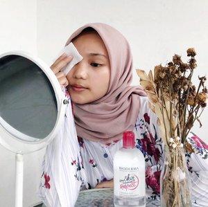 girls, your skin deserves respect ✨Bioderma Sensibio H2O Micellar Water ini umurnya udah 25 tahun, kalo udah coba produknya pasti udah ga heran lagi gimana produk ini bisa bertahan selama itu, kalo belom coba bisa lihat review-nya dulu di blog aku 💖 *link di bio.#25YearsAnniversary #RespectMyChoices #BiodermaIndonesia #SensibioH2O #SensibioTonique #BiodermaXClozetteIdReview #ClozetteIDReview #ClozetteID