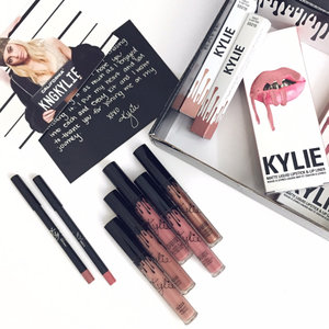 Kylie Lipkit, frankly speaking, it's not my favorite formula, a bit drying on my sensitive lips, but the lip liner is definitely a keeper, the texture is buttery smooth and glide on like a dream. . . #kyliecosmetic #kylielipkit