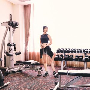 Morning Workout 💪🏻It's been a while, i woke up in the morning and do some workout. Ofc i'm not alone! 💕Well, last weekend me and @_aphrodites_ staycation on @holidayinnexpresssurabaya And this pic taken on their 📍 24 Hour GYM #aphroditesxholidayinnexpress #workout #sbybeautyblogger #clozetteid #cotd