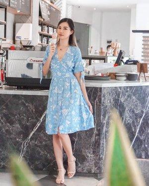 "Belakangan Surabaya makin panas, tp tetep pengen tampil cantik 🙈  Cobain dressnya @four_beyond nyaman bgt! Salut deh sm Local brand yg makin hari makin wow👌🏻.  Kainnya adem, jaitannya rapi, modelnya cakep, DAN Dengan BELI produknya, kalian IKUT menyumbang 10% untuk anak"" yg membutuhkan keperluan sekolah!!! 🙌🏻 . . . . #TorquiseWear #Clozetteid #BloggerSurabaya #OotdIndo #LocalBrand"