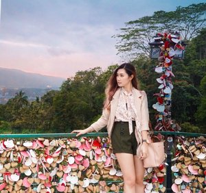 Somewhere on your journey don't forget to turn around and enjoy the view 🌄. • • 📍 The Love Lock at Penang Hill  #abellinpenang #clozetteid #cotd #visitpenang #penangisland