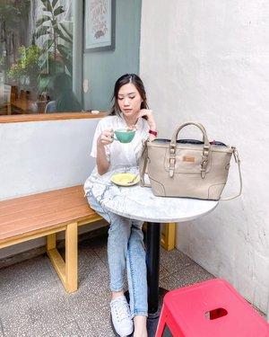 Good afternoon ☕️ Lately, lagi pake tasnya @manjua.id nih. Spacious bgt! Bisa muat banyak barang, terus warnanya yg netral bisa banget di mix and match sama outfit apapun 👌🏻 Surprisingly ternyata ini tuh local brand! Dan avail dalam banyak model~ Untuk testinya bisa di check di @testimoni.manjua  . . . #TorquiseWear #SupportLocalBrand #BloggerSurabaya #JakartaBeautyBlogger #OotdIndo #Clozetteid #Ootdblogger