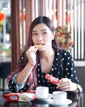 """Here i am, Enjoyed my Sunday afternoon with a cup of tea and @goodtimeid ☕️.Oh ya, this's their newest flavor """"Milky""""!!! More Sweet, Crisp, and Delicious 🍪 You should try this one out 🙌🏻And you gonna like it like i do..:) •••Psst I put it on my pouch to keep me save from hunger 🙈#abelldigests #clozetteid #clozettereview #goodtimemilkyxclozetteid"""