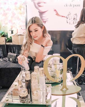 Lay my hand on Clé de peau beauté, even sounds like French actually they're from Japan. It' High- End Brand with delicate texture and no doubt for the quality!  If you ask me which product worth to try i'll recommend you to try their concealer,lip shine and foundation thoo✨. Come over to their booth on @pakuwonmallsby in front of HnM.  I've got my bottle painted by @pikapoppin yesterday ( Swipe to see )  12-15 Sep 2019 on @jayanatabeauty . . . #cledepeaubeauteid #clozetteid #beauty #bloggersurabaya
