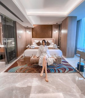 Throwback to staycation on @granddafamsignaturesurabaya ✨ The room suppa spacious, with great interior design.  The hotel service also really good👌🏻  Really enjoyed my time there 🥰 Swipe to see the room tour video 💋 . . . . #staycationsurabaya #granddafamsignaturesurabaya #Surabaya #BloggerSurabaya #Clozetteid #WorkWithTorquise
