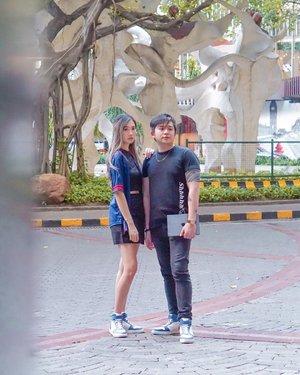 "#Ootd pake couple shoes checkk!! 🙌🏻 Warnanya bisa custom dan ini Collab @ricosta_shoes X @amandaakohar ""The Weekend"" pas banget kan ya ktmu sm doi biasanya weekend 🤣  Oh ia, Sepatu yg cewe ada insolenya fix bakalan lebih tinggi 🥰 Swipe for closer look 👌🏻 . . . 📸 @windyclara18  #TorquiseWear #Clozetteid #Bloggersurabaya #CoupleOotd #Streetwearootd"