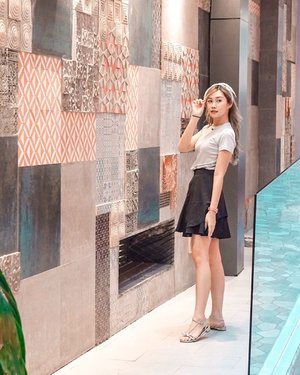 📸 Detail Outfit syuting @manganwenaakjtv hari ini:  @uniqloindonesia x @esye_official ✨  Gak ketinggalan pke kacamata baru dari @zonakacamata , plus acc jam @swatch_id dan necklace @ar_hestia 😌 . . . 📍 @mercuregrandmiramasurabaya #torquisewear #bloggersurabaya #clozetteid