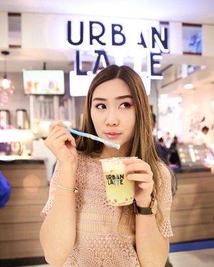 """Sruuupp💦Malam minggu jalan jalan sambil minum @urbanlatteid yang baru aja buka di @tunjungan_plaza 1 lt 1 no 56-57 (gak usa takut gak ketemu, soalnya rame bgt).Ini ak nyobain Matcha Jasmine with Pink Pearl🙌🏻Rasanya pas! Gak kemanisan dan kopinya juga berasa~ Warnanya juga lucu yak kan🌿Kalau gak suka kopi, ada teh juga kok. Tadi @cynthiansunartio nyobain tehnya tuh ☺️•Mumpung ada banyak promo, mendingan buruan nyobain deh 🙌🏻Iniloh promo""""nya :GoPay 50%,Promo BRi (Get 2 special Price Rp.12.300 with BRIZZI/Debit or Rp. 123 with myQR) dan Mandiri (buy 2 get 3 with Mandiri Debet or Disc up to 50%) Mandiri Fiestapoin*T&C Apply#abelldigests #YOURDAILYROUTINEISHER"""