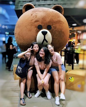 My line friends from Indonesia. 🐻🐻🐻 We are the AvoCuddles 🥑🥑🥑 #thejournale #thejournalejourney #clozetteid #bangkok #thailand #linefriends #linefriendsthailand #linefriendsstore