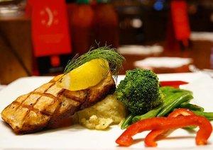 Grilled Salmon on point! 😋😋😋@tgifindonesia @tinkerlustid @zomatoid #tlxzomato #FridaysLunchie #clozetteid
